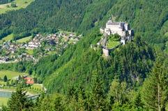 Burg Hohenwerfen y la ciudad de Werfen en Austria imágenes de archivo libres de regalías