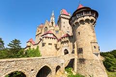 Burg Kreuzenstein is een kasteel dichtbij Leobendorf in Lager Oostenrijk, stock foto