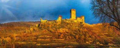 Burg Metternich gegen einen drastischen Himmel Stockbild