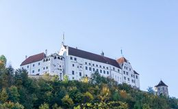 Burg Trausnitz au-dessus de Landshut au ciel bleu en Allemagne photographie stock libre de droits