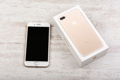 BURGAS, ΒΟΥΛΓΑΡΊΑ - 22 ΟΚΤΩΒΡΊΟΥ 2016: Νέο iPhone 7 της Apple συν το χρυσό στο άσπρο υπόβαθρο, επεξηγηματικό κύριο άρθρο Στοκ εικόνες με δικαίωμα ελεύθερης χρήσης