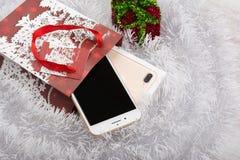 BURGAS, ΒΟΥΛΓΑΡΊΑ - 22 ΟΚΤΩΒΡΊΟΥ 2016: Νέο iPhone 7 της Apple συν το χρυσό στο άσπρο υπόβαθρο, δώρο Χριστουγέννων, επεξηγηματικό  Στοκ Εικόνα