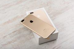 BURGAS, ΒΟΥΛΓΑΡΊΑ - 22 ΟΚΤΩΒΡΊΟΥ 2016: Νέο iPhone 7 της Apple συν το χρυσό στο άσπρο υπόβαθρο, πίσω πλευρά, επεξηγηματικό κύριο ά Στοκ φωτογραφίες με δικαίωμα ελεύθερης χρήσης