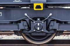 Burgas, Βουλγαρία - 24 Ιανουαρίου 2017 - ρόδα - τραίνο φορτίου φορτίου - μαύρα βαγόνια εμπορευμάτων αυτοκινήτων - νέο σε άξονα τρ Στοκ φωτογραφία με δικαίωμα ελεύθερης χρήσης