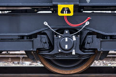 Burgas, Βουλγαρία - 24 Ιανουαρίου 2017 - ρόδα - τραίνο φορτίου φορτίου - μαύρα βαγόνια εμπορευμάτων αυτοκινήτων - νέο σε άξονα τρ Στοκ Φωτογραφία
