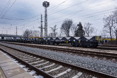 Burgas, Βουλγαρία - 24 Ιανουαρίου 2017 - τραίνο φορτίου φορτίου - μαύρα βαγόνια εμπορευμάτων αυτοκινήτων - νέο σε άξονα τροχού επ Στοκ φωτογραφία με δικαίωμα ελεύθερης χρήσης