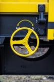 Burgas, Βουλγαρία - 27 Ιανουαρίου 2017 - Handbrake - κίτρινος μαύρος νέος τύπος 4 σε άξονα τροχού επίπεδος βαγονιών εμπορευμάτων  Στοκ Εικόνες