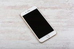 BURGAS, БОЛГАРИЯ - 22-ОЕ ОКТЯБРЯ 2016: Новые золото iPhone 7 Яблока добавочное на белой предпосылке, иллюстративной передовице Стоковое Изображение