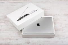 BURGAS BUŁGARIA, SIERPIEŃ, - 29, 2017: MacBook Pro siatkówki pokaz z dotyka barem i dotyka ID czujnikiem Fotografia Royalty Free
