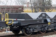 Burgas Bułgaria, Styczeń, - 24, 2017 Frachtowy ładunku pociąg - czarni samochodów furgony Nowi 6 axled płaski furgon, typ: Sahmmn Obrazy Stock