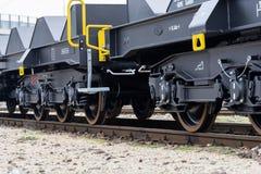 Burgas Bułgaria, Styczeń, - 24, 2017 Frachtowy ładunku pociąg - czarni samochodów furgony Nowi 6 axled płaski furgon, typ: Sahmmn Obrazy Royalty Free