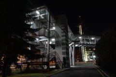 BURGAS, BULGÁRIA - 1º DE FEVEREIRO DE 2018: Ponte pedestre aérea na noite perto do hotel da miragem fotografia de stock royalty free