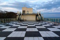 BURGAS, BULGÁRIA - 13 DE FEVEREIRO DE 2018: Cultive o casino center no jardim do mar, Burgas do mar, Bulgária no por do sol Foto de Stock