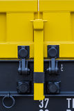 Burgas, Bulgária - 27 de janeiro de 2017 - transporte o trem da carga - tipo axled novo preto amarelo de 4 vagões dos carros liso Imagens de Stock