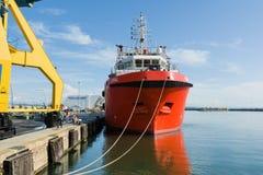 BURGAS, BULGÁRIA - 9 DE JUNHO DE 2019: Opal Valletta Offshore Supply Ship no porto de Burgas, Bulgária fotografia de stock royalty free