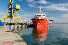 BURGAS, BULGÁRIA - 9 DE JUNHO DE 2019: Opal Valletta Offshore Supply Ship no porto de Burgas, Bulgária imagem de stock