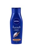 BURGAS, BULGÁRIA - 22 DE MAIO DE 2017: Estrutura grossa do cabelo do champô de Nivea Hairmilk 400 ml isolados no branco, com traj Imagem de Stock