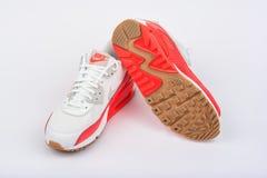 BURGAS, BULGARIA - 29 AGOSTO 2016: Signora di Nike Air max - le scarpe da tennis delle donne - istruttori, in bianco ed in aranci Fotografia Stock