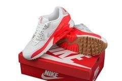 BURGAS, BULGARIA - 29 DE AGOSTO DE 2016: Señora de Nike Air Max - las zapatillas de deporte de las mujeres - instructores, en bla Fotografía de archivo