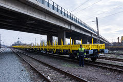 Burgas, Bulgaria - 27 de enero de 2017 - flete el tren del cargo - nuevo tipo axled negro amarillo de 4 carros de los coches plan Imagen de archivo