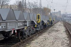 Burgas, Bulgaria - 24 de enero de 2017 - flete el tren del cargo, 6-axled carro plano - Sahmmn - WW 604 A, ANUNCIO de Transvagon Imagenes de archivo
