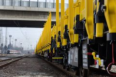 Burgas, Bulgaria - 27 de enero de 2017 - flete el tren del cargo - tipo plano axled del carro 4: Modelo del Res: 072-2 - ANUNCIO  Foto de archivo