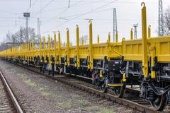 Burgas, Bulgaria - 27 de enero de 2017 - flete el tren del cargo - tipo plano axled del carro 4: Modelo del Res: 072-2 - ANUNCIO  Foto de archivo libre de regalías