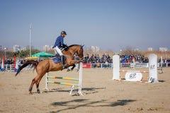 BURGAS, BULGARIA - 4 de marzo de 2017: Acción tirada de jinetes en carrera de caballos Imagenes de archivo