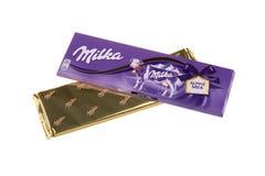 BURGAS, BULGARIA - 17 DE MAYO DE 2017: Barra del chocolate con leche de Milka Swiss aislada en el fondo blanco Barra de chocolate Imagen de archivo libre de regalías