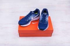 BURGAS, BULGARIA - 6 DE SEPTIEMBRE DE 2017: Nike Air Zoom Pegasus 34 zapatillas deportivas del ` s de las mujeres en azul en el f Imágenes de archivo libres de regalías