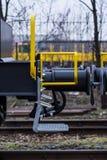 Burgas, Bulgaria - 24 gennaio 2017 - scale - trasporti il treno del carico - vagoni neri delle automobili - vagone piano assale n Immagine Stock Libera da Diritti