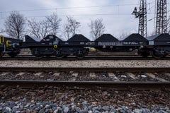Burgas, Bulgaria - 24 gennaio 2017 - trasporti il treno del carico - vagoni neri delle automobili - nuovi 6 vagone piano assale - Fotografie Stock