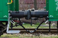 Burgas, Bulgarie - 20 mars 2017 - transportez l'amortisseur de train de cargaison - type de vert de chariot de la boîte 4axled :  Image stock