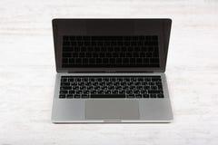 BURGAS, BULGARIEN - 10. AUGUST 2017: MacBook Pro-Retina-Anzeige mit Notenstange und einem Note Identifikations-Sensor Lizenzfreies Stockbild