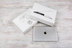 BURGAS, BULGARIEN - 10. AUGUST 2017: MacBook Pro-Retina-Anzeige mit Notenstange und einem Note Identifikations-Sensor Lizenzfreie Stockfotografie