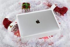 BURGAS BULGARIEN - AUGUSTI 31, 2017: MacBook Pro näthinneskärm med handlagstången och en handlaglegitimationavkännare Royaltyfri Bild