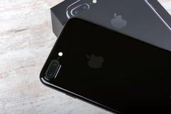 BURGAS, BULGARIEN - 29. DEZEMBER 2016: Neues Apple-iPhone 7 Plus-Jet Black, Rückseite, auf weißem hölzernem Hintergrund Lizenzfreie Stockfotografie
