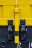 Burgas, Bulgarien - 27. Januar 2017 - Frachtgüterzug - gelbe schwarze neue 4 achsige Plattformwagenlastwagen schreiben: Res-Model stockbilder
