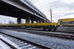 Burgas, Bulgarien - 27. Januar 2017 - Frachtgüterzug - gelbe schwarze neue 4 achsige Plattformwagenlastwagen schreiben: Res-Model stockfotografie