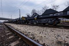 Burgas, Bulgarien - 24. Januar 2017 - Frachtgüterzug - schwarze Autolastwagen - neue 6 achsiger flacher Lastwagen - Art: Sahmmn - Stockfotos