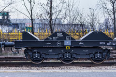 Burgas, Bulgarien - 24. Januar 2017 - Frachtgüterzug - schwarze Autolastwagen - neue 6 achsiger flacher Lastwagen - Art: Sahmmn - Lizenzfreies Stockfoto