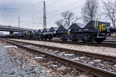 Burgas, Bulgarien - 24. Januar 2017 - Frachtgüterzug - schwarze Autolastwagen - neue 6 achsiger flacher Lastwagen - Art: Sahmmn - Lizenzfreies Stockbild
