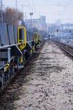 Burgas, Bulgarien - 24. Januar 2017 - Frachtgüterzug - schwarze Autolastwagen - neue 6 achsiger flacher Lastwagen - Art: Sahmmn - Lizenzfreie Stockbilder
