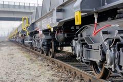 Burgas, Bulgarien - 24. Januar 2017 Frachtgüterzug - schwarze Autolastwagen Neue 6 achsiger flacher Lastwagen, Art: Sahmmn, vorbi Lizenzfreie Stockbilder