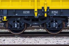 Burgas, Bulgarien - 27. Januar 2017 - Räder - gelbe schwarze neue 4 achsige Plattformwagenlastwagen schreiben: Res-Modell: 072-2- lizenzfreies stockbild