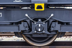 Burgas, Bulgarien - 24. Januar 2017 - Rad - Frachtgüterzug - schwarze Autolastwagen - achsiger flacher Lastwagen neue 6 - Art: Sa Lizenzfreie Stockfotografie