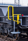 Burgas, Bulgarien - 24. Januar 2017 - Treppe - Frachtgüterzug - schwarze Autolastwagen - achsiger flacher Lastwagen neue 6 - Art: Stockbild