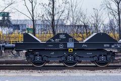 Burgas Bulgarien - Januari 24, 2017 - fraktlastdrev - svarta bilvagnar - nya 6 axled plan vagn - typ: Sahmmn - modell WW 6 Royaltyfri Foto