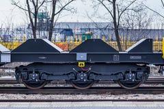 Burgas Bulgarien - Januari 24, 2017 - fraktlastdrev - svarta bilvagnar - nya 6 axled plan vagn - typ: Sahmmn - modell WW 6 Royaltyfri Bild