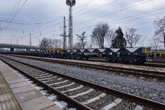 Burgas Bulgarien - Januari 24, 2017 - fraktlastdrev - svarta bilvagnar - nya 6 axled plan vagn - typ: Sahmmn - modell WW 6 Arkivfoton